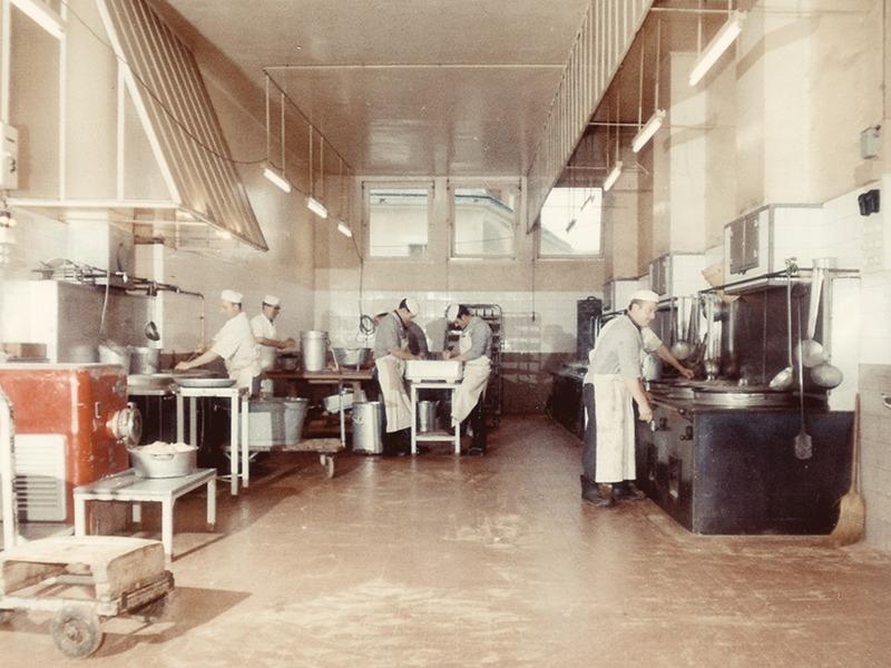 Construction d'une grande salle de cuisson pour les rillettes en 1962